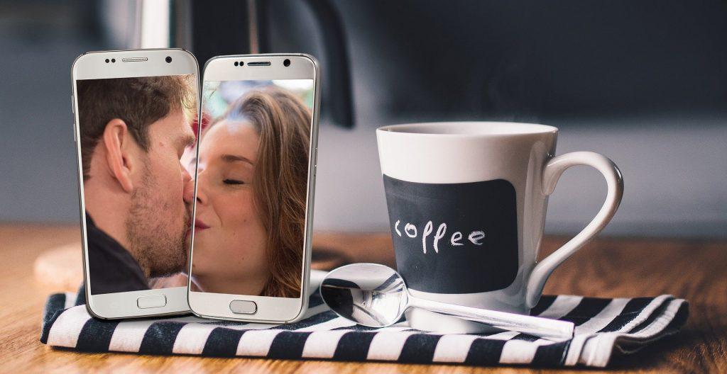 Fernbeziehung mit Smartphones und Kaffeetasse