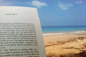 Ein Buch am Strand